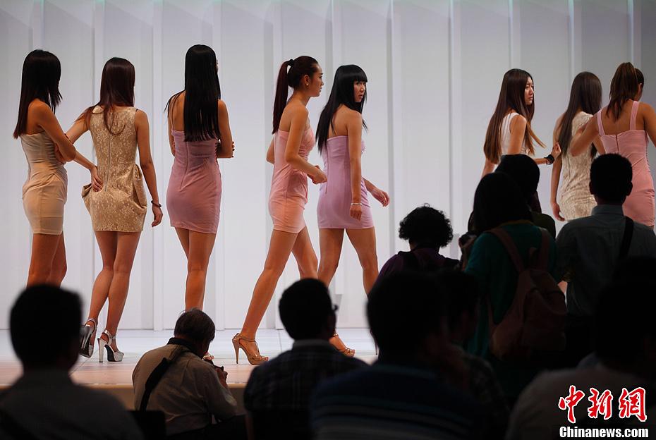 南京国际车展开幕 美女车模整装待发 中新网
