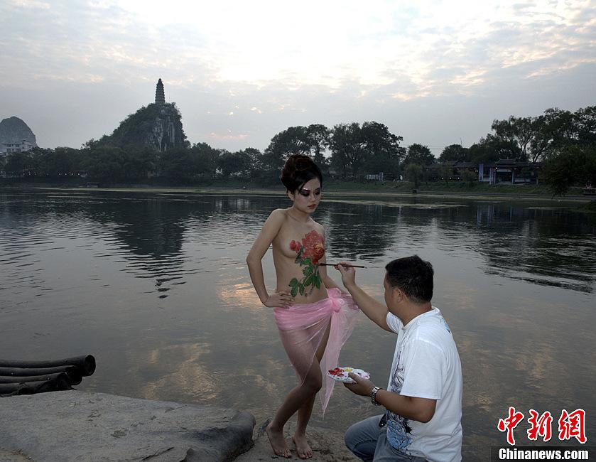 桂林穿山上演人体彩绘秀 中新网