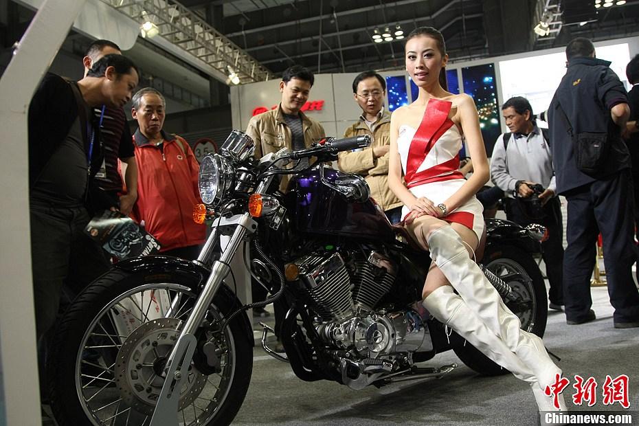美女车模助阵第十一届中国国际摩托车博览会
