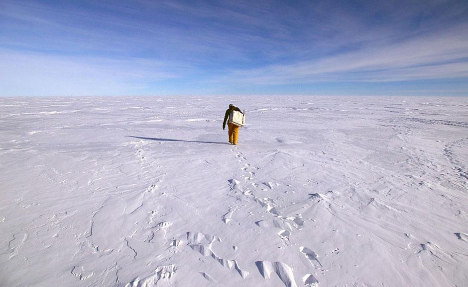 当地时间2012年2月7日,科学家逆风前行搜集空气样本。 【环球网综合报道】趁着南极洲相对暖和的天气,世界各国科考队奔向那里。科考队中来自俄罗斯的科考队员探索沃斯托克湖,已经能够接近该湖表面。研究显示沃斯托克湖是世界最大的冰下湖,被埋在4000米厚的冰层之下,因此科考队计划使用机器人到冰下搜集水样及水底沉淀物。同时,该项研究将在南极望远镜、冰块中微子天文台及南极洲其他地区继续进行。以下图片均为南极洲最新拍摄图片,让我们共同领略南极别样风光。(实习编译:宋芳)图片来源:环球网