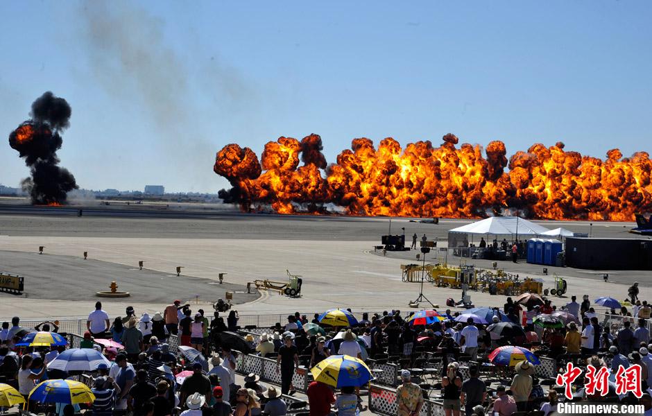 美国海军航空兵飞行秀 燃烧弹形成火龙场面