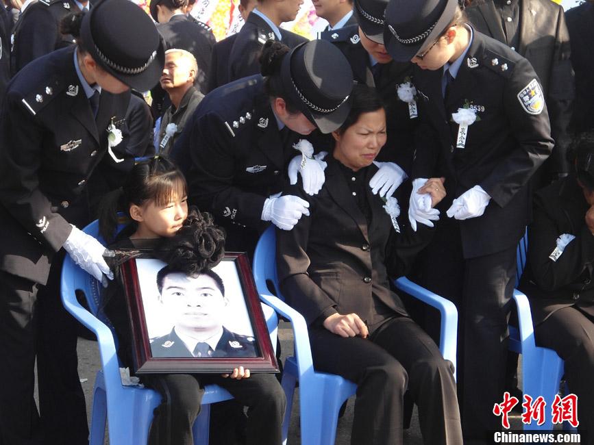 图为牺牲民警家属悲伤流泪.    ?-云南宜良上万民众悼念因公牺牲民警