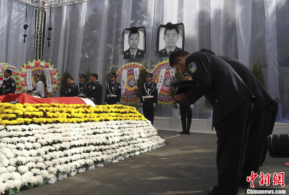图为牺牲民警同事向遗体告别.   ?-云南宜良上万民众悼念因公牺牲