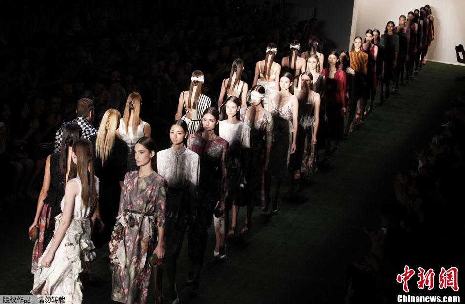 圣保罗时装周秀场 模特蒙眼走秀挑战高难度