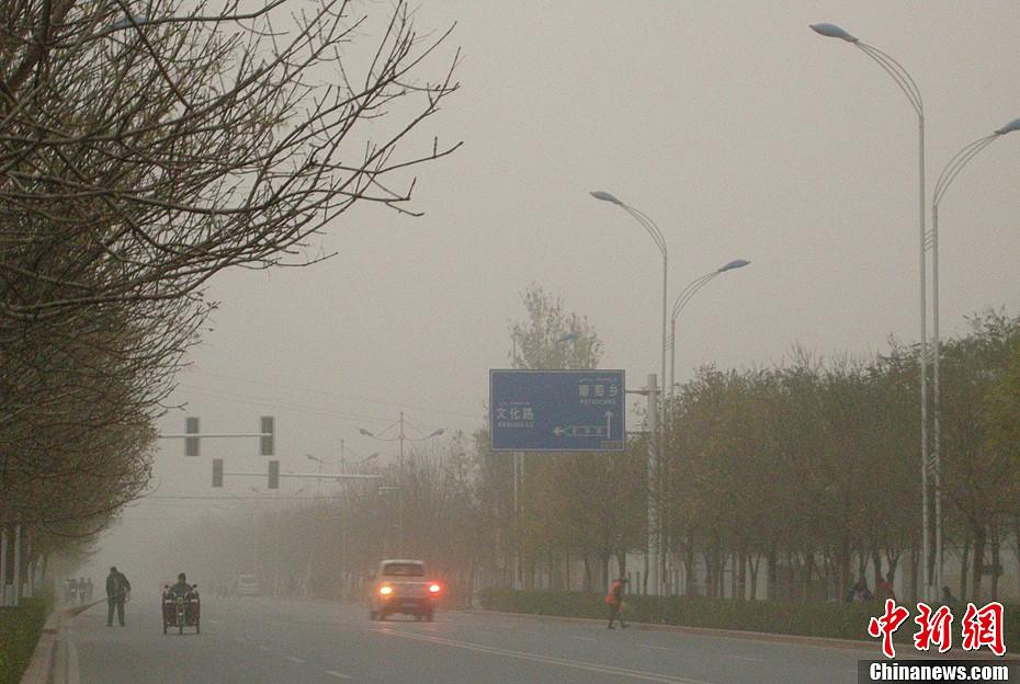 新疆多地遭遇大风浮尘天气