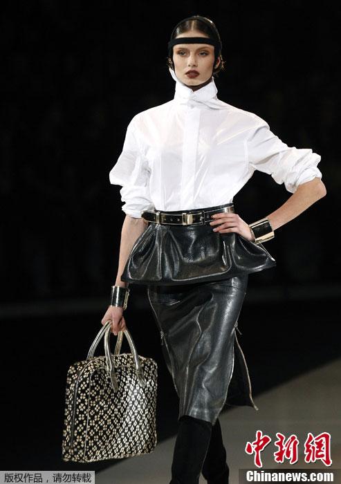 icius品牌秀场,模特T台走秀进行展示.-立陶宛时装周 黑白色调彰显图片
