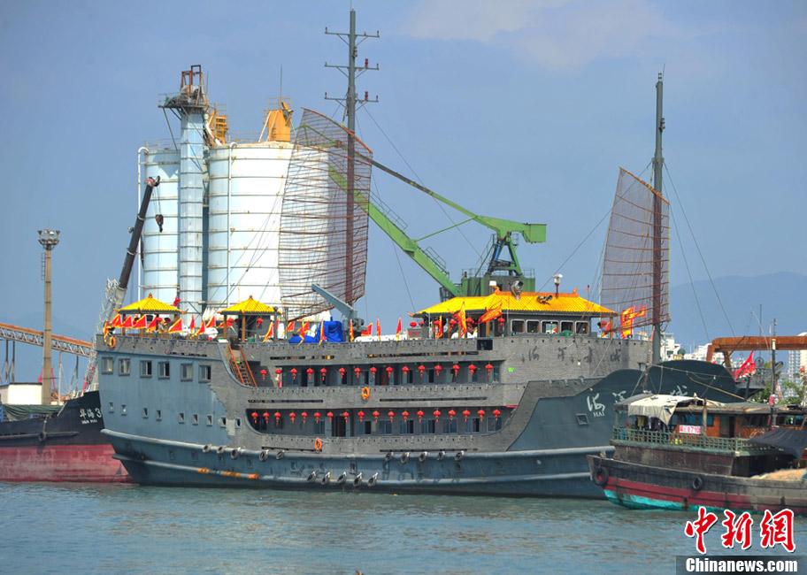 """中国首艘大型豪华仿古游船""""海洋长城""""三亚试航"""