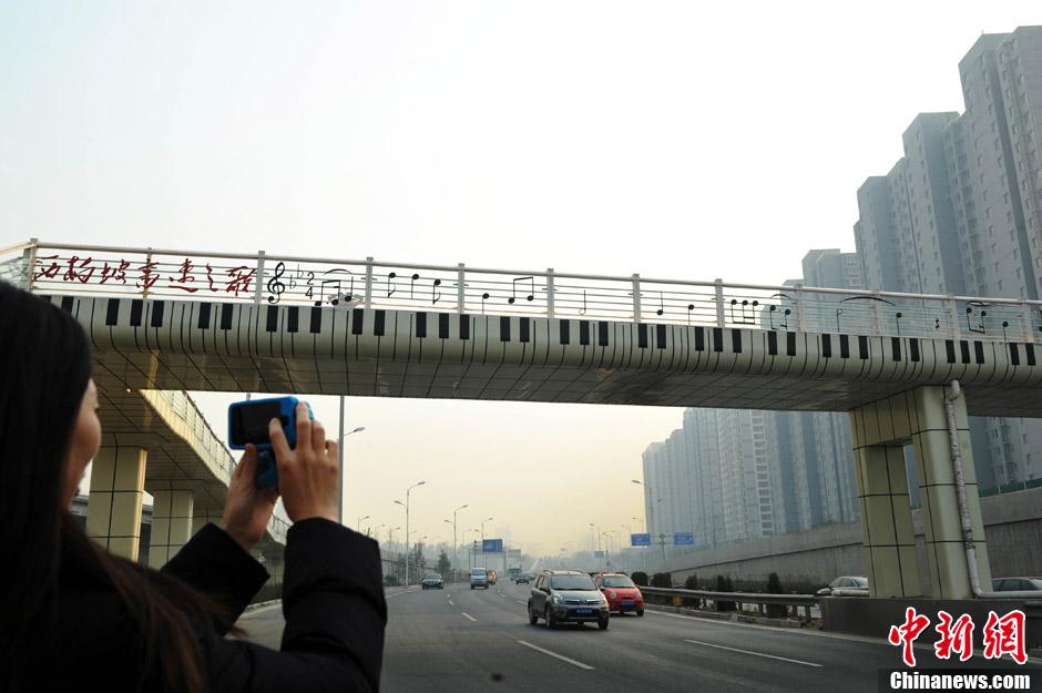 [时讯] 石家庄钢琴天桥 五线谱变身护栏(08P) - 路人@行者 - 路人@行者