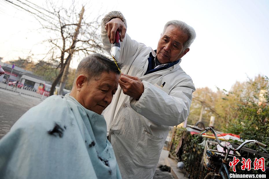西安街头理发师渐行渐远 中新网