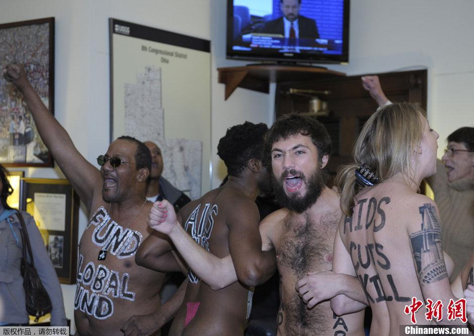 美国艾滋病活动人士众议长办公室裸体抗议 中