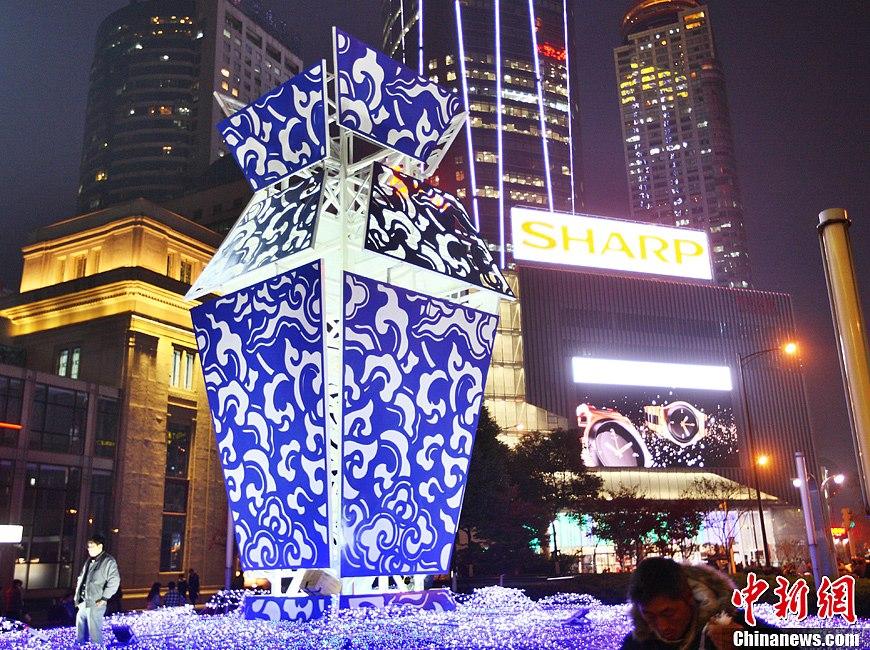 """""""青花瓷""""造型圣诞装置亮相南京"""