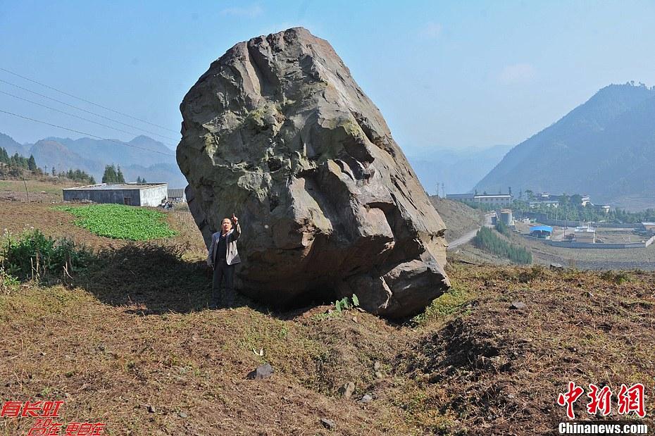 介绍,由于长年开矿,居住村庄的山内已经基本被掏空,开矿使山
