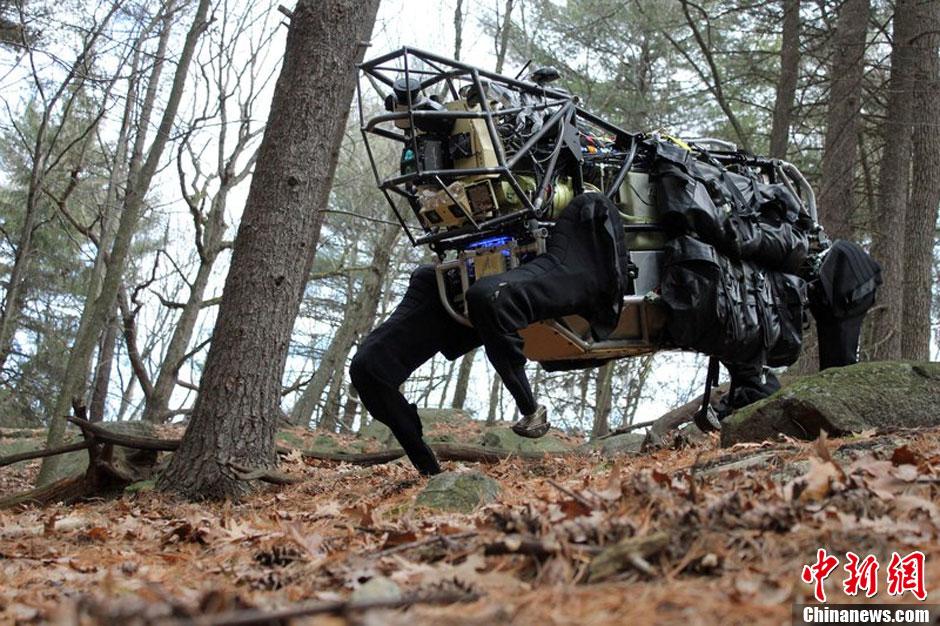 """图说2012之最牛的发明——""""机械狗"""""""