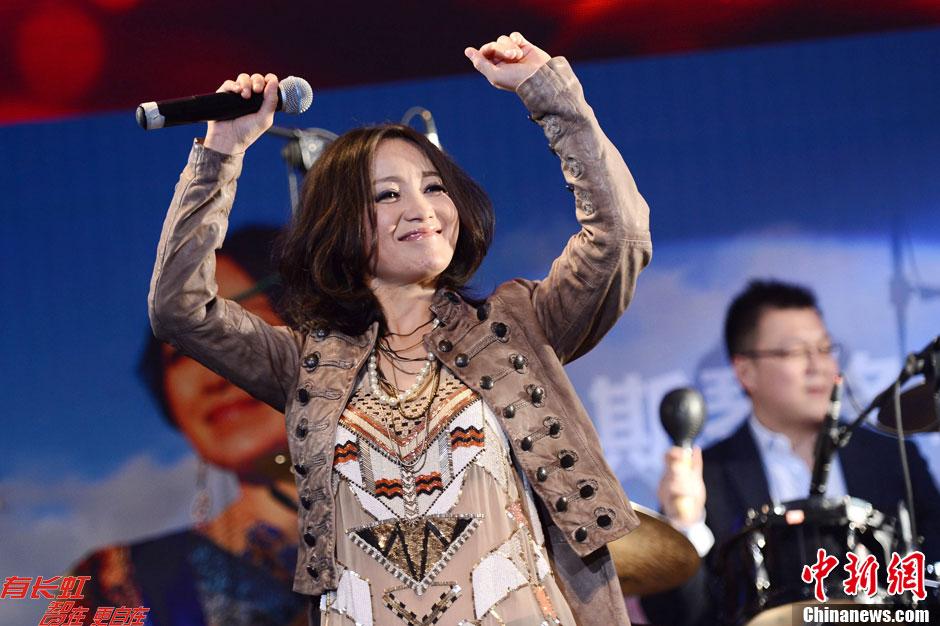 斯琴格日乐蒙语歌_斯琴格日乐发新专辑《山泉》 大秀性感民族风- 中国日报网