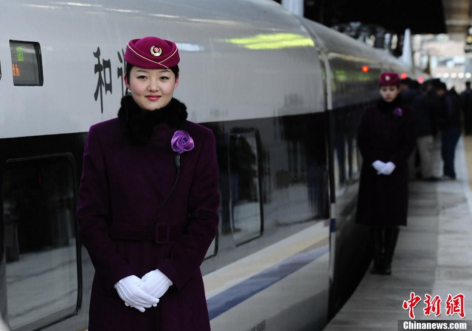 京广高铁美女乘务员亮相