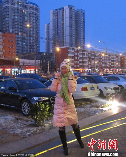 2012年12月25日讯,北京,24日平安夜,励志女神一改往年性感圣诞写真的风格,大胆走到户外,素颜娇俏,装可爱卖萌,尽显少女情怀。芙蓉姐姐身穿粉红圣诞装,头戴可爱小花帽,时而撅嘴装可爱,时而把花口罩挂在雪人鼻子上,撒娇卖萌。图片来源:CFP视觉中国