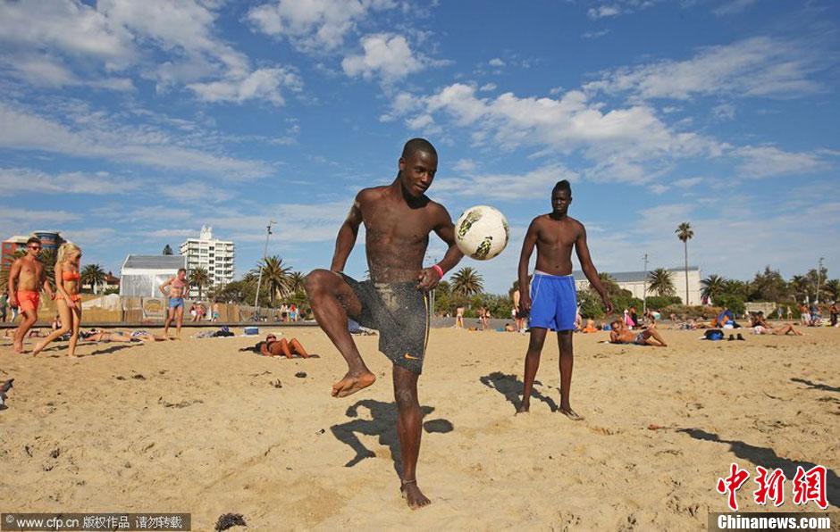 澳大利亚东南部遭遇热浪袭击 民众海边避暑