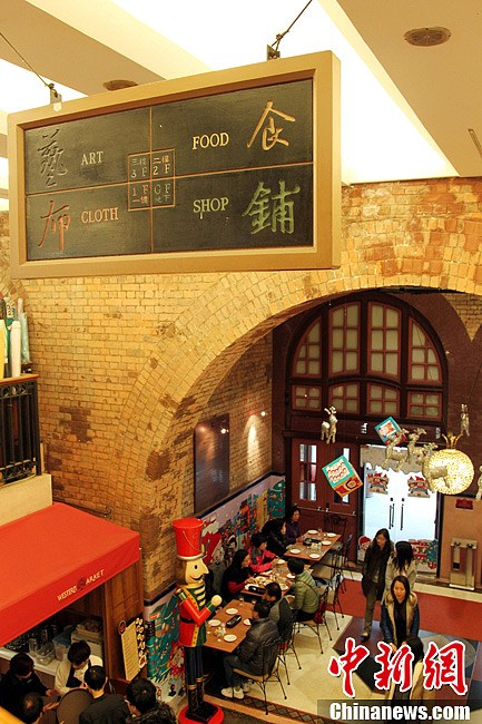 自此成为具有香港文化特色的传统行业及工艺品中心.