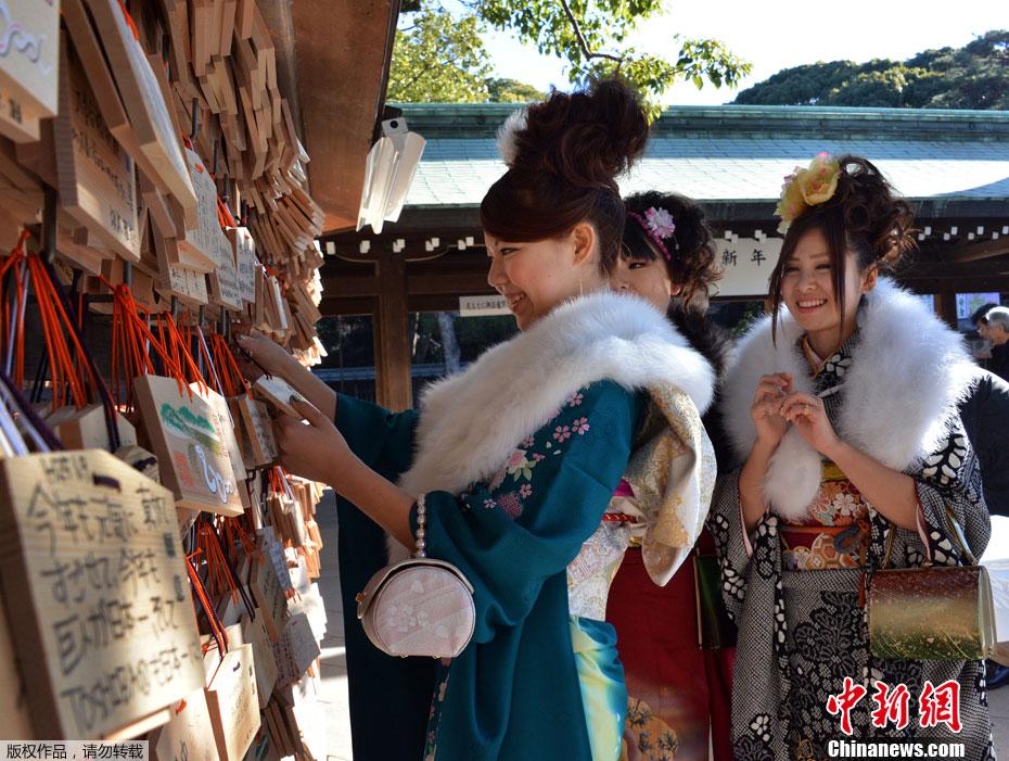 日本巴士公司为靓丽女导游举行成人礼 中国日