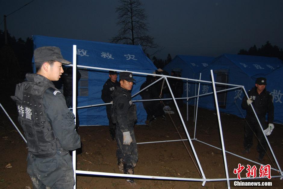 灾民众搭建救灾帐篷