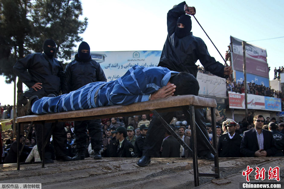 伊朗犯遭鞭刑处罚 众人街头围观 大家网
