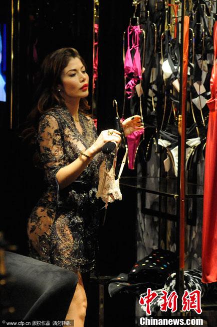 岁的电视女星古艾拉(Barbara Guerra)一同现身逛街,两人穿着图片