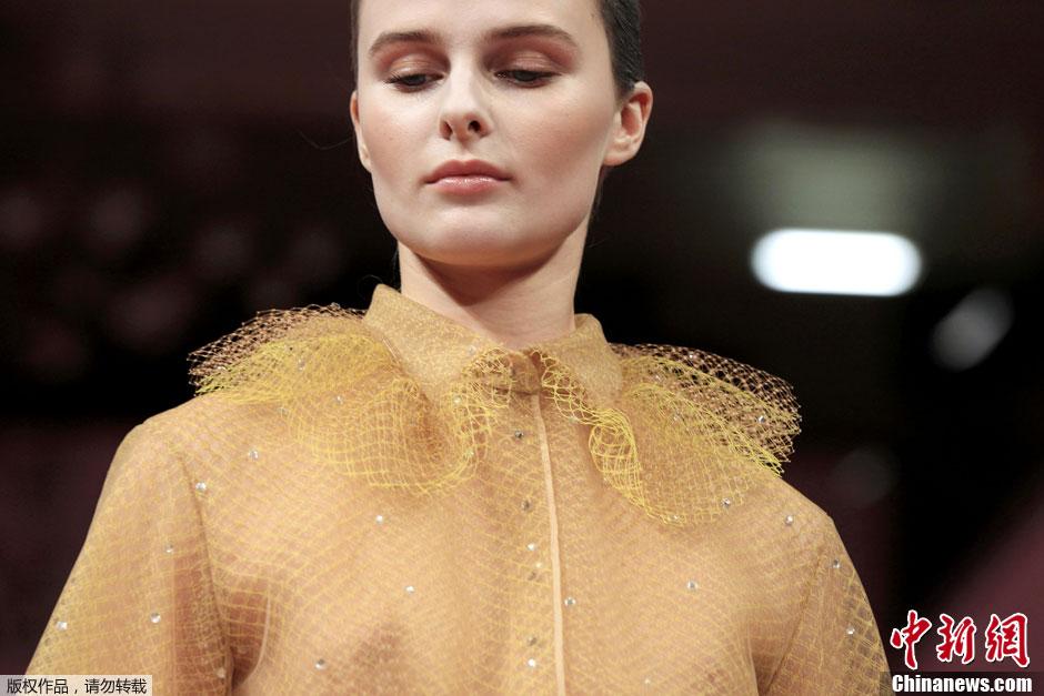 巴黎时装周魅惑T台 模特薄纱裹身透视走秀 中