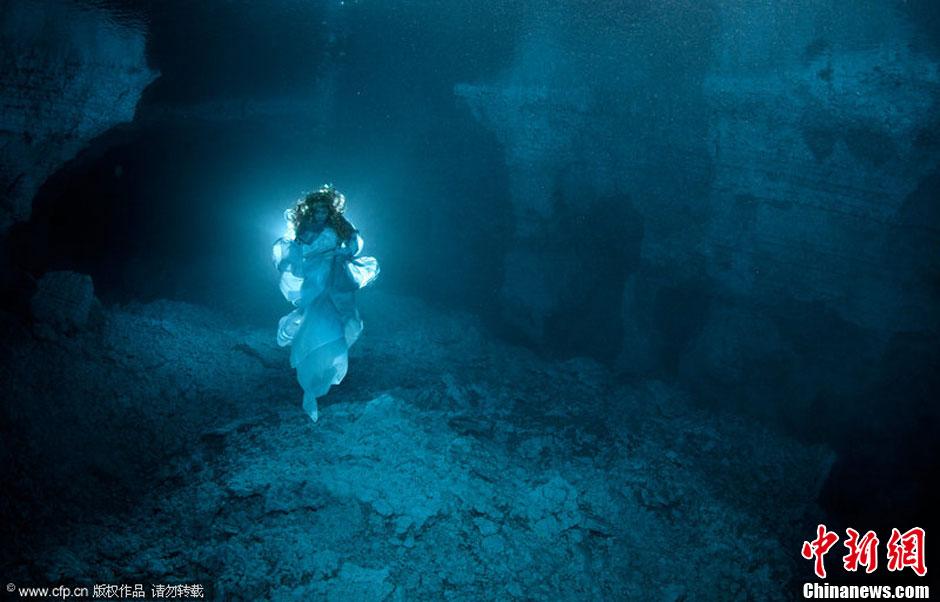 俄罗斯潜水冠军冰水中演绎洞穴灵女民间神话