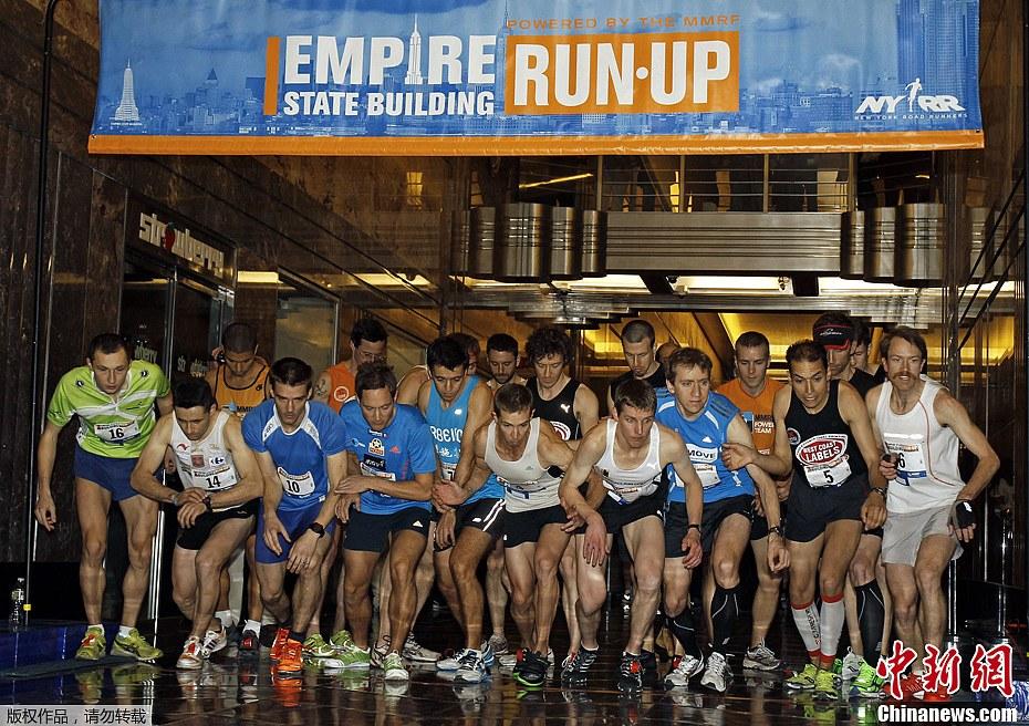 当地时间2月6日,第36届美国纽约帝国大厦爬楼梯大赛举行。澳大利亚男子马克伯恩以10分12秒的成绩率先爬完1576级楼梯夺得男子组冠军,女子组冠军由苏西沃尔沙姆以12分5秒摘得。据悉,本次大赛由来自18个国家的约600名选手参赛。