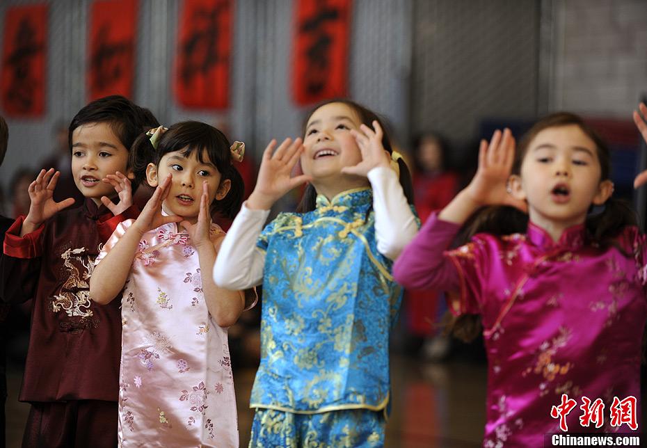 美国儿童庆中国蛇年