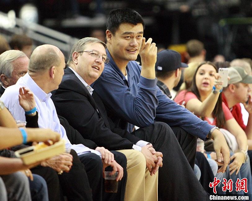 NBA常规赛:火箭队轻取开拓者 姚明现场观战