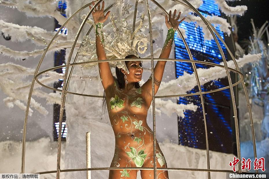 巴西狂欢节盛大开幕桑巴舞者比高低 中新网