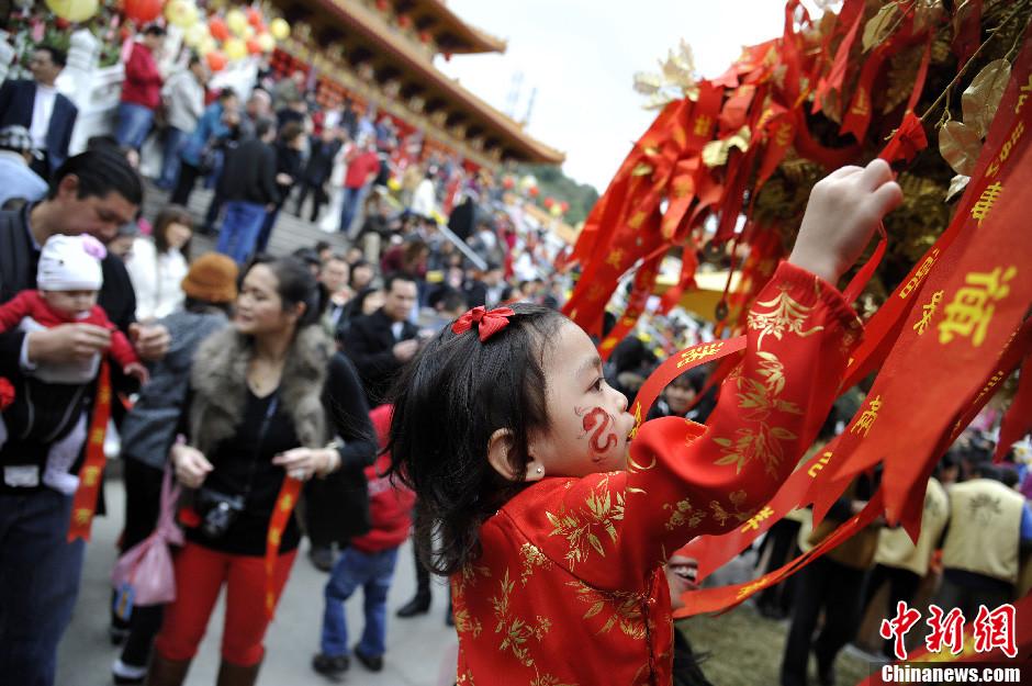 美国洛杉矶西来寺迎新春活动吸引数万民众