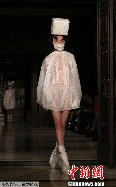 伦敦时装周上演大尺度 模特全裸上阵秀胴体