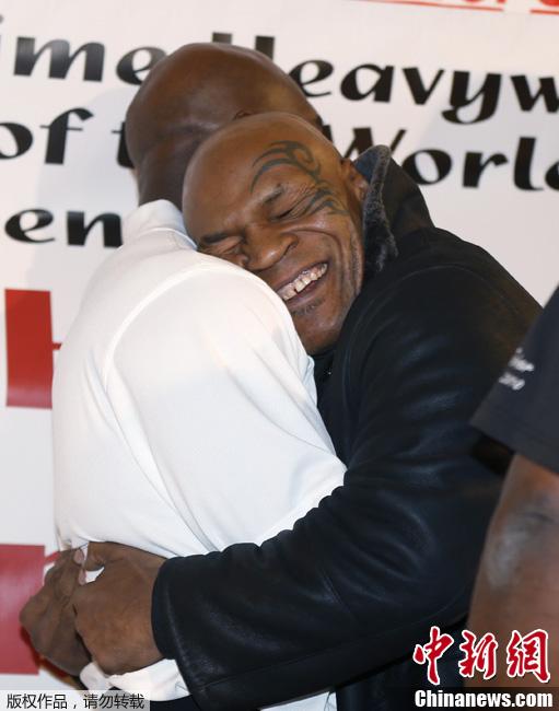 2013年2月16日,美国芝加哥某杂货店,前重量级冠军迈克尔泰森与同胞