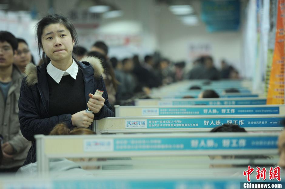 重庆蛇年首场大型招聘会 吸引众多求职者