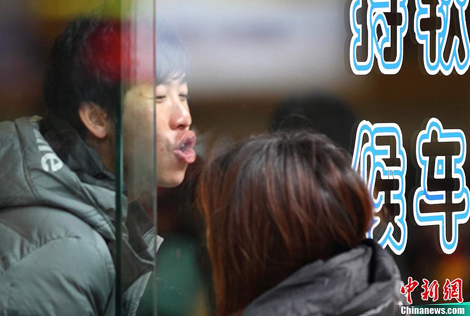 春运迎来新一轮客流高峰 南京站前依依惜别的