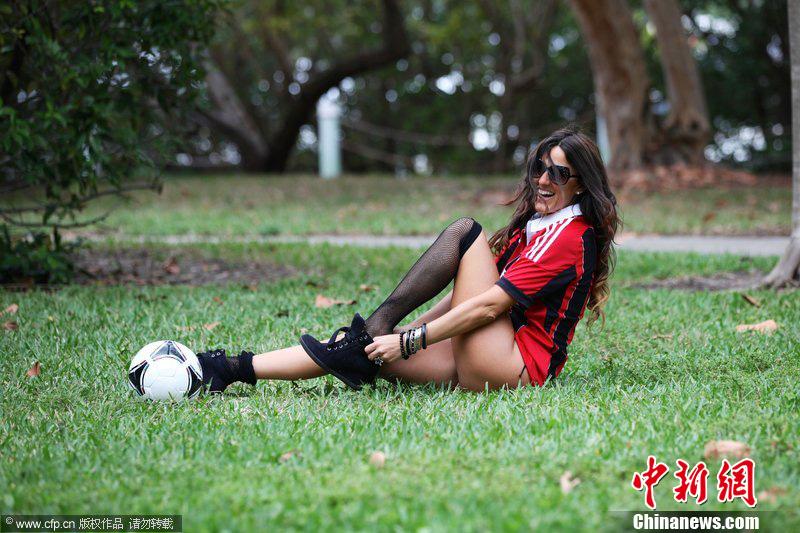 超模穿AC米兰球衣拍写真 变性感足球宝贝 中新