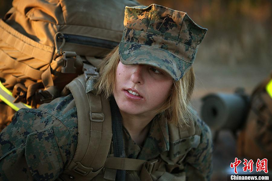 美国海军陆战队女兵参加战斗训练 摸爬滚打不