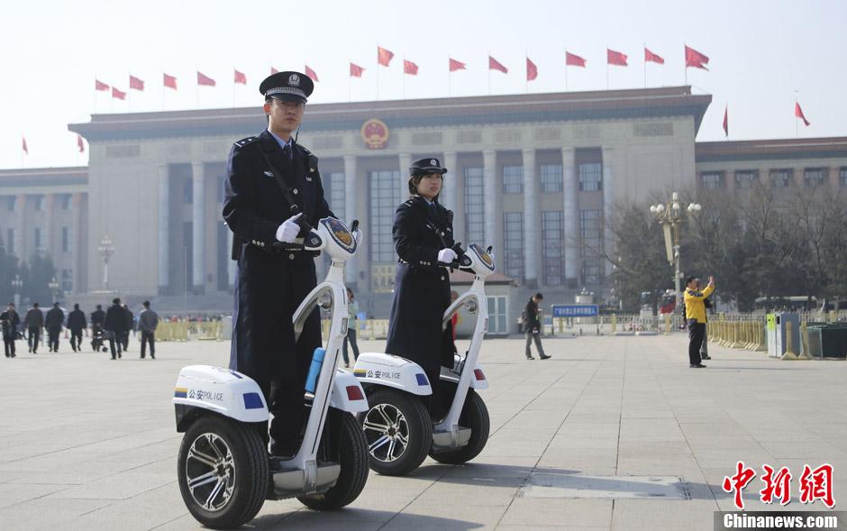 天安门广场执勤警察驾电动单人车巡逻