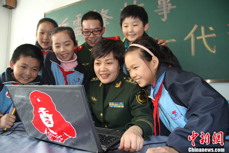 新疆边防官兵进校园传递雷锋精神正能量