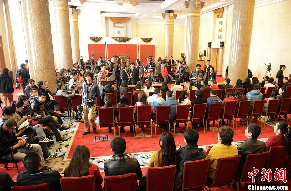 会议,选举国家领导人,各路媒体在入场前排队等候.中新社发 侯宇 图片