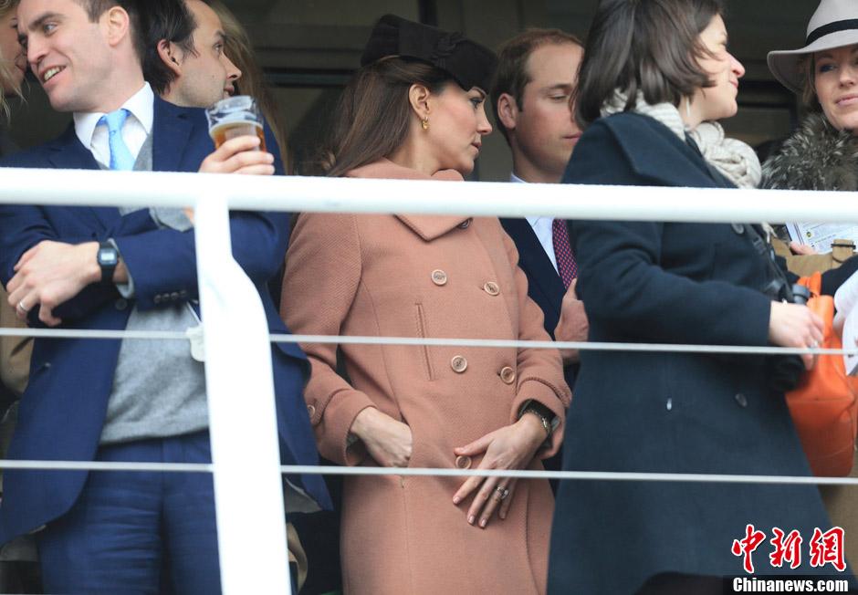 凯特王妃随夫君观战赛马节 手抚腹部孕味足