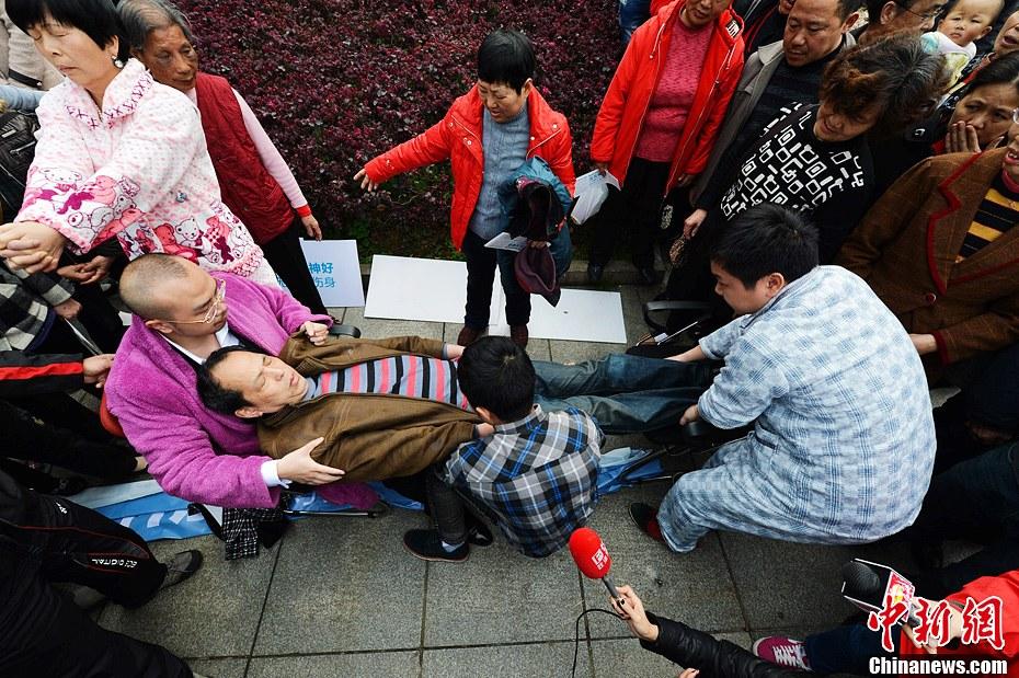 世界睡眠日 长沙催眠师街头表演催眠术-中新网