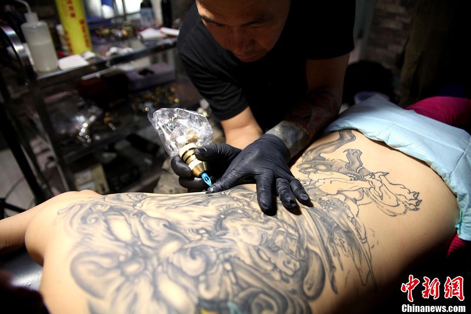 山西钢铁工人变身纹身师 12年压力中坚持梦想