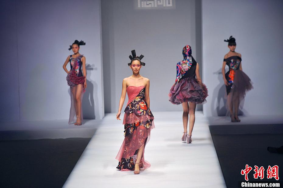 主旨意在寻求时尚和旅游文化的新发展,用服装创意展现旅游文化的内涵图片