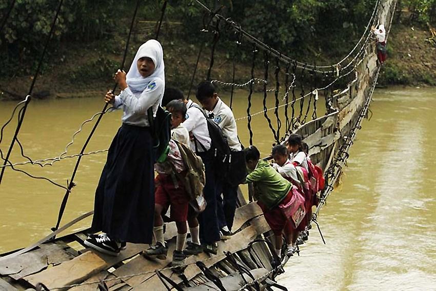 世界各地学生的危险上学路