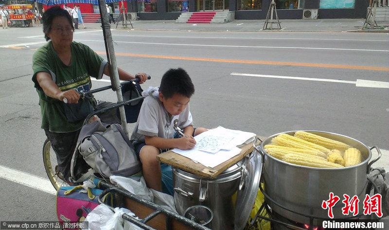 【图刊】写作业的孩子们