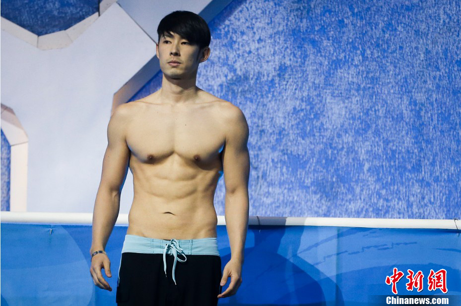 吴建豪录制《星跳水立方》 赤裸上身大秀健硕