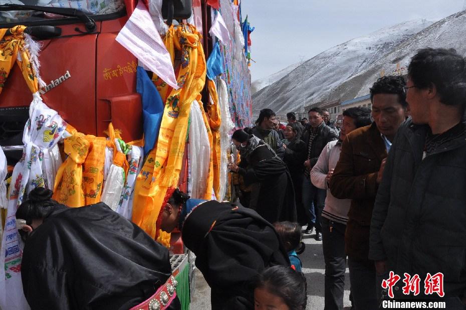 """纪念玉树""""4·14""""地震罹难者巨幅唐卡运抵玉树 - 人在上海  - 中華日报Chinadaily"""